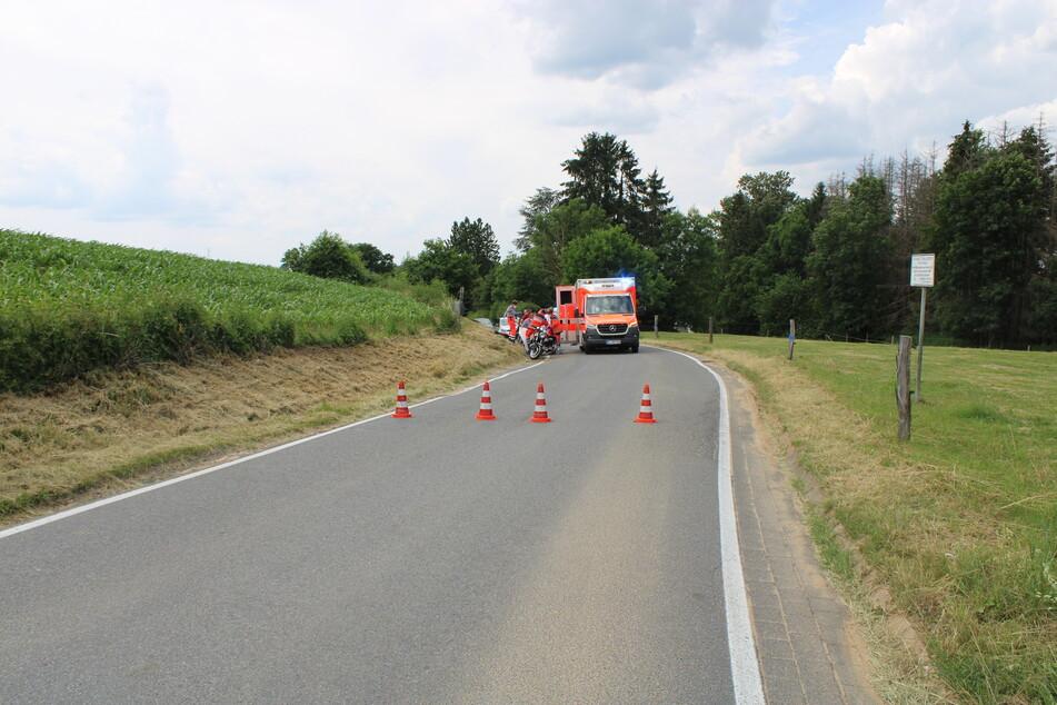 Der Motorradfahrer verunglückte in einer Rechtskurve, überschlug sich und rutschte über die Fahrbahn.