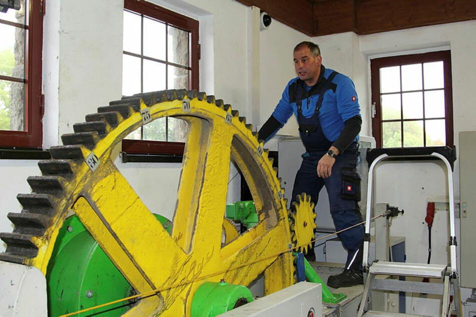 Mit dieser Zahnradtechnik aus den 1930er Jahren öffnet und schließt Jens Thieme (55) von der Fußmeisterei Leipzig das Wehr.