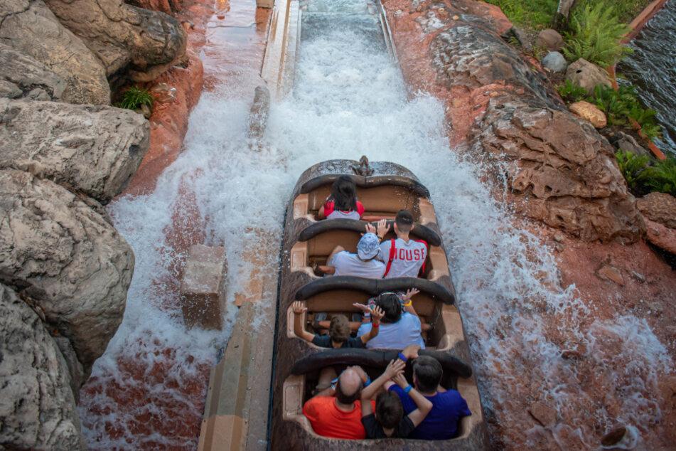 """In """"Splash Mountain"""" fahren die Park-Besucher mit einem Holzboot eine Wasserrutsche hinab."""