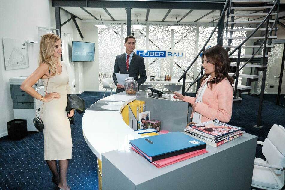 """Isabel Vollmer (35) erscheint in ihrer Rolle als """"Monika Huber"""" plötzlich im Büro von """"Huber Bau""""."""