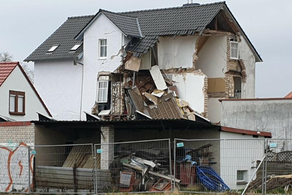 Das Mehrfamilienhaus ist teilweise eingestürzt.
