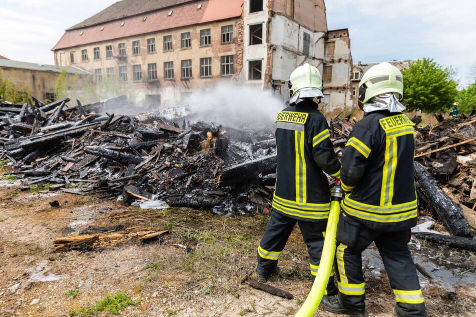 Dresden: Rauchwolke in Radeberg: Feuerwehr muss riesigen Holzhaufen löschen