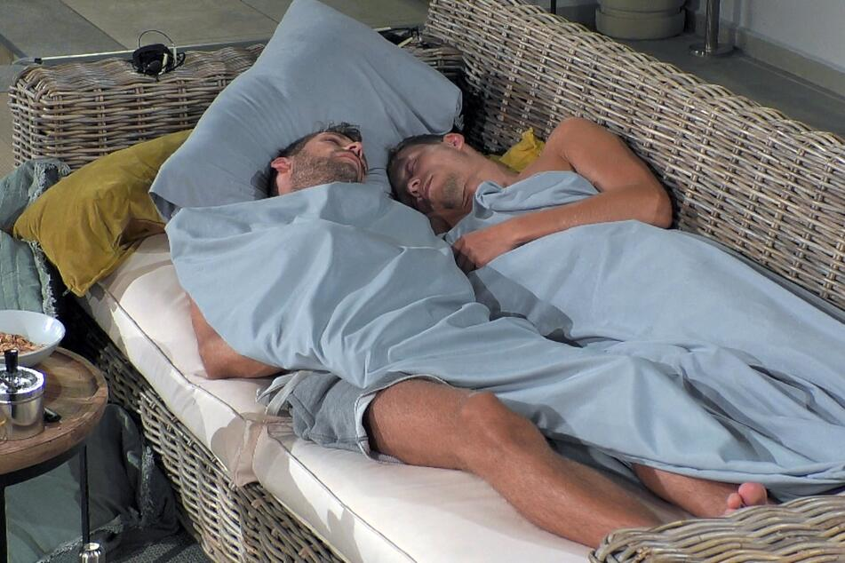 Jan Maik (31, l.) und Joachim (29) verbrachten die Nacht gemeinsam unter freiem Himmel.