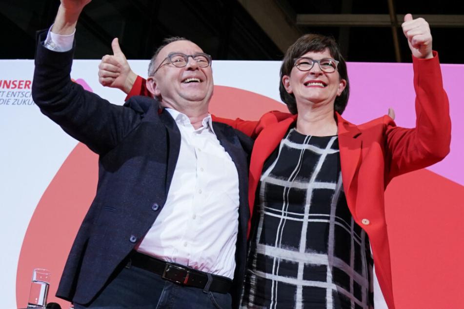 Die SPD-Chefs Norbert Walter-Borjans und Saskia Eskennach der Bekanntgabe des Ergebnisses der Abstimmung zum SPD-Vorsitz im Willy-Brandt-Haus.