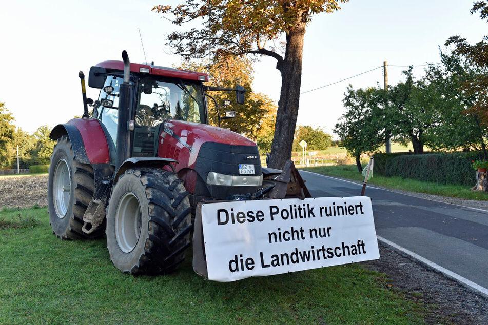 Entlang der Zufahrtswege zum Bildungsgut Schmochtitz in Bautzen demonstrieren zahlreiche sächsische Landwirte.
