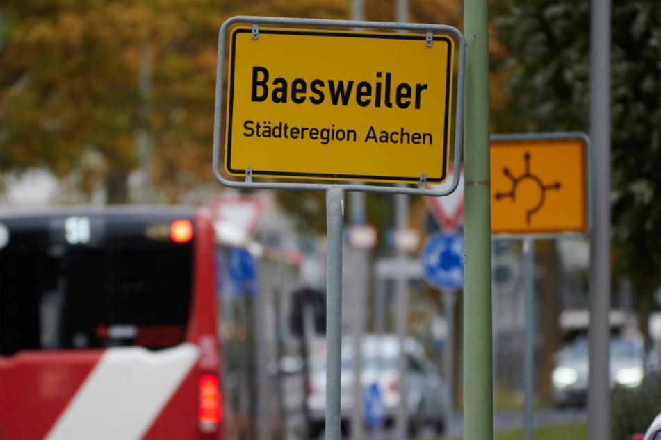Das Ortsschild der nordrhein-westfälischen Stadt Baesweiler steht am Ortseingang. Die Sieben-Tage-Inzidenz liegt in diesem Ort zur Zeit bei 554.