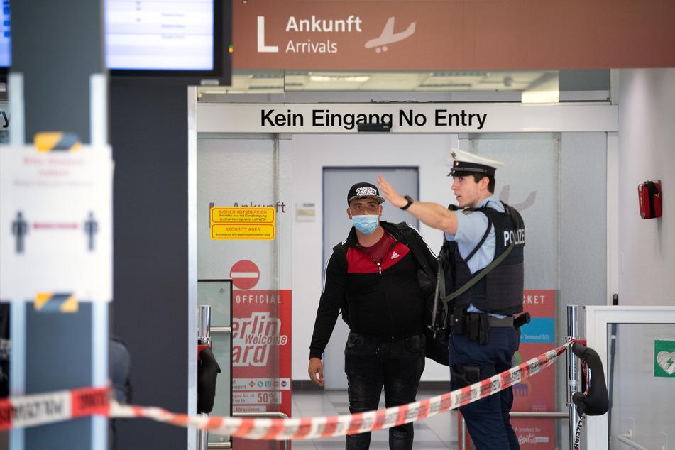 Auf dem Flughafen Schönefeld landen seit Donnerstagvormittag die ersten Maschinen mit Erntehelfern aus Rumänien.