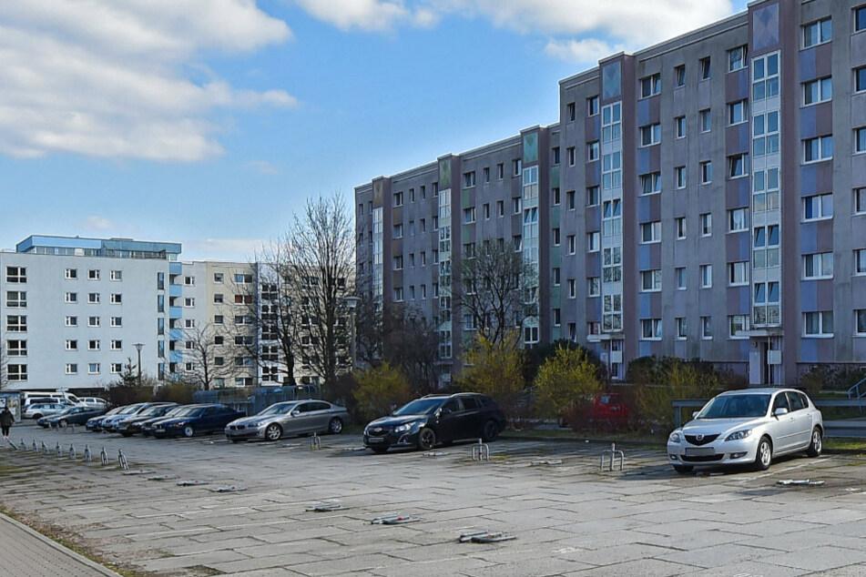 77-Jährige öffnet in Gorbitz die Tür, davor steht ein Mann mit Messer!
