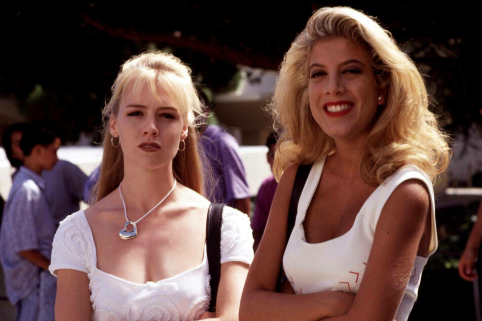 Jennie Garth and Tori Spelling (47, l.) are launching a podcast about Beverly Hills, 90210.