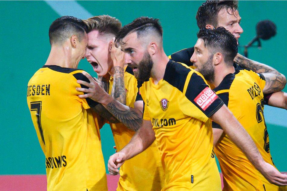 Dynamo um Julius Kade (22, 2.v.l.) und Panagiotis Vlachodimos (29, l.) trifft in der 2. Runde auf den FC St. Pauli, der drei ehemalige Dresdner mit ins Harbig-Stadion bringt.