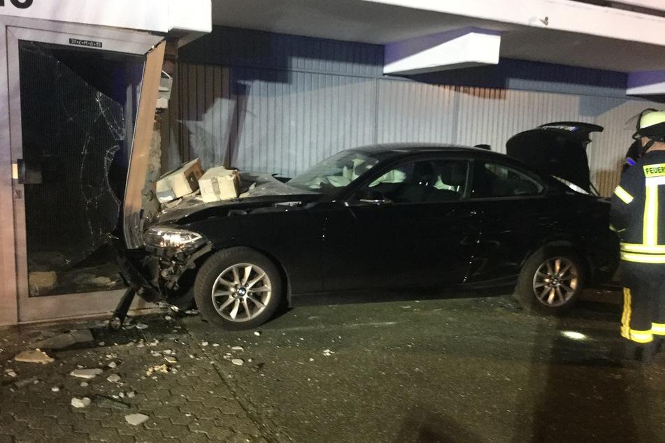 Der BMW war voll in den Hauseingang gekracht.