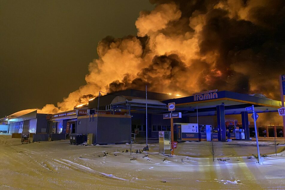 Der Supermarkt steht in Flammen.
