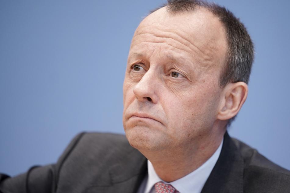 Der CDU-Politiker Friedrich Merz (64) hat die Chefetage des FC Bayern München für das enge Beieinandersitzen beim Bundesliga-Auftakt kritisiert.