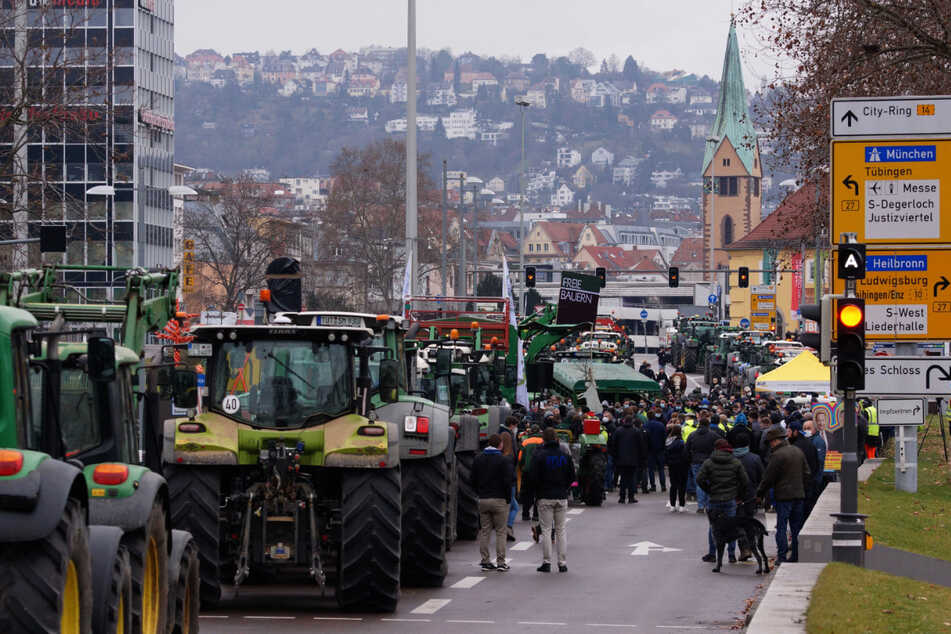 Mit über Hundert Fahrzeugen nehmen Bauern aus ganz Baden-Württemberg am Protest teil.