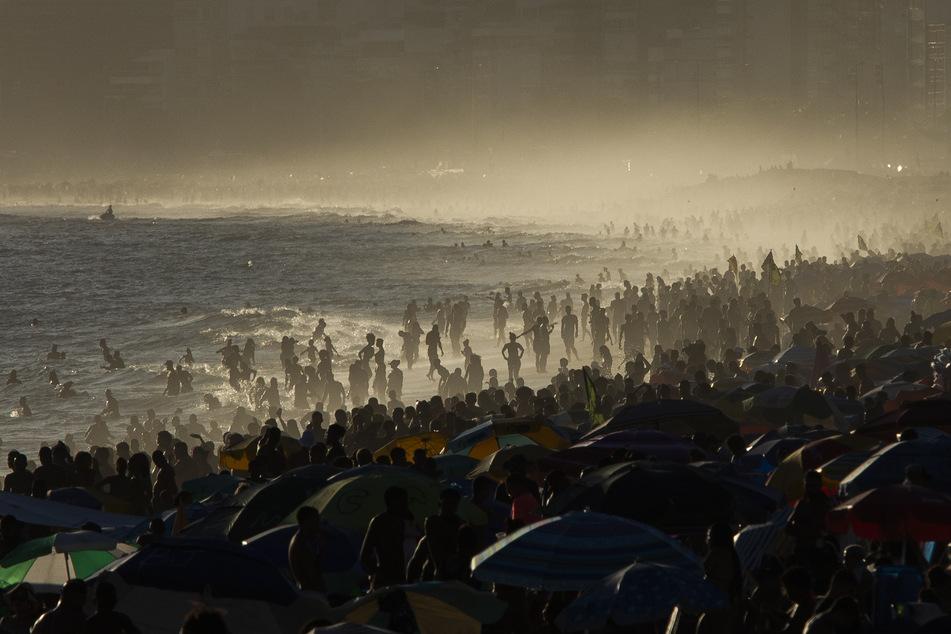 In Brasilien ist gerade Sommer, deshalb gehen die Brasilianer an den Strand. Auf Corona wird keine große Rücksicht genommen.