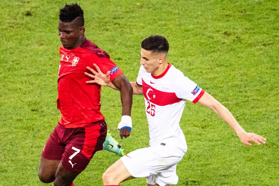Bei der Europameisterschaft konnte er sich auf der großen Bühne zeigen: Läuft Mert Müldür (22, r.) bald für den FC Bayern München auf?