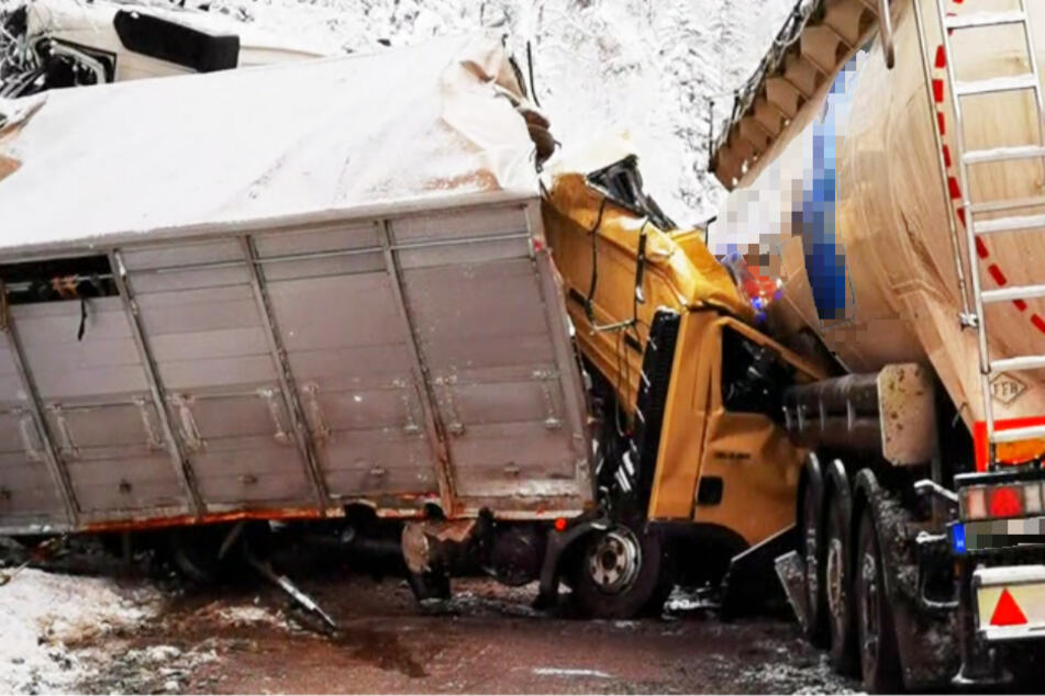 Ein Lastwagenfahrer ist bei einem Zusammenstoß von drei Schwerlastfahrzeugen auf der Bundesstraße 21 ums Leben gekommen.