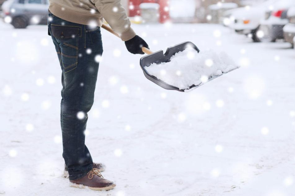 Beim Schneeschieben wurde ein 58-Jähriger zusammengeschlagen. (Symbolbild)