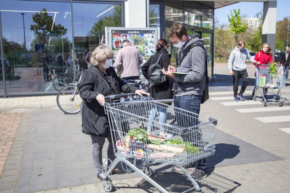 """""""Mundschutz-Pflicht ist in Ordnung"""": Einkäuferin Wiltrud Lippmann (67) im Gespräch mit TAG24-Reporter Hermann Tydecks (36)."""