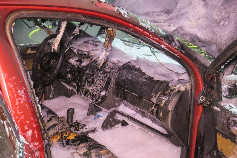 Totalschaden! Der VW brannte komplett aus.