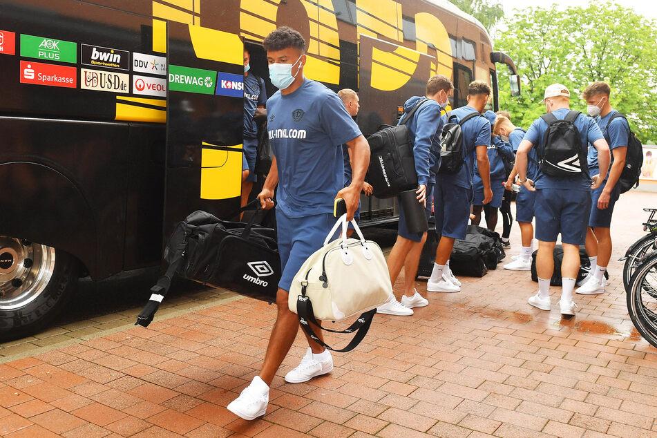 Ransford-Yeboah Königsdörffer geht im blauen Dress voraus.