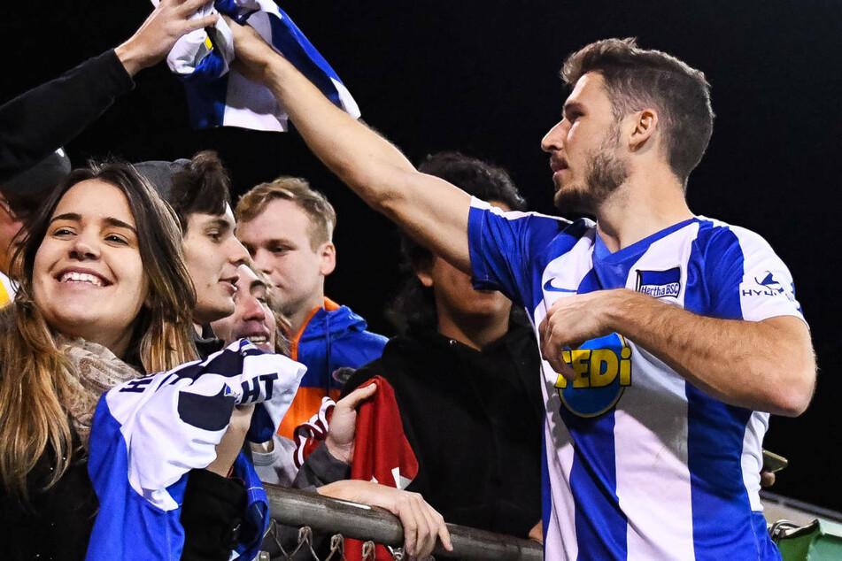 Mathew Leckie (30, r.) wird im Januar 2020 nach einem Freundschaftsspiel in den USA von Fans gefeiert. Der Australier wird Hertha BSC in Richtung Heimat verlassen.