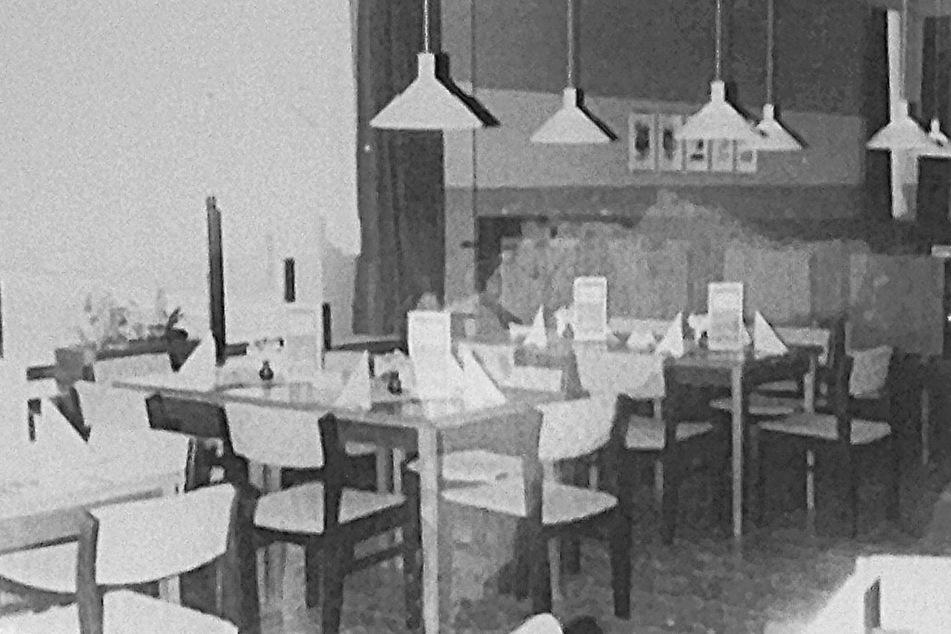 Blick ins Restaurant - die Tische sind frisch eingedeckt, mit Servietten und Speisekarte.