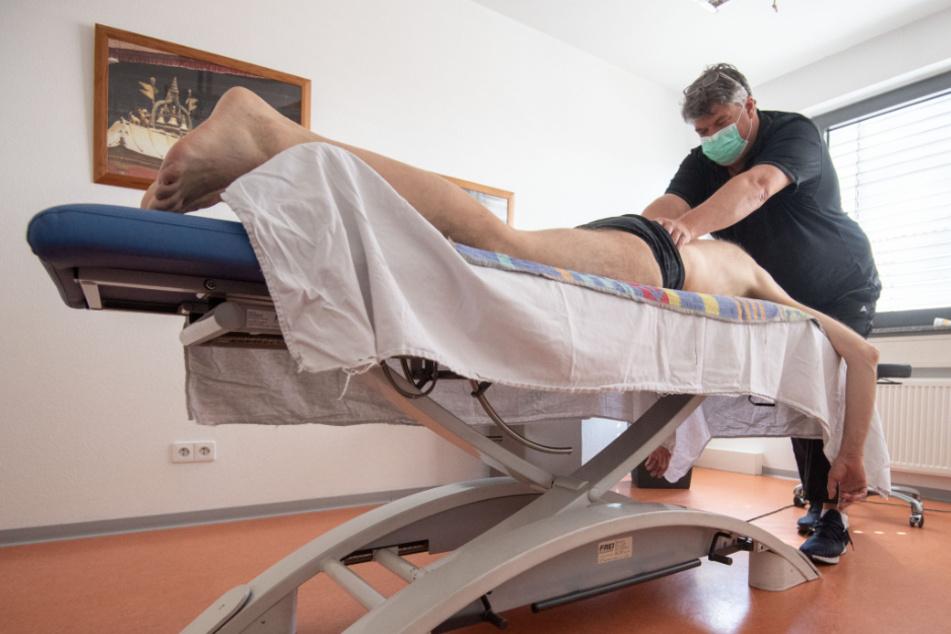 Lucian Kokott behandelt einen Patienten in seiner Tübinger Praxis.