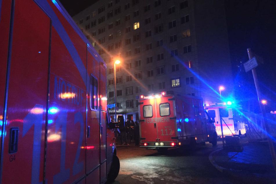 In Berlin-Friedrichshain standen am Donnerstagabend vier Kellerverschläge in einem elfgeschossigen Hochhaus in Flammen.