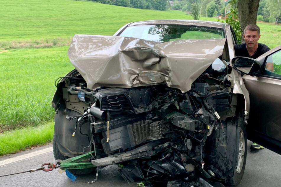 Fahrer (68) kracht mit SUV gegen Baum und rollt auf Wiese