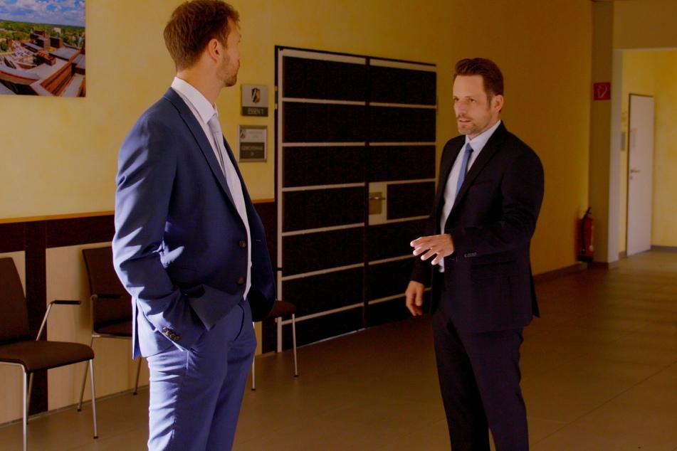 Vor der Verhandlung treffen Bastian (l.) und Justus erstmals nach dem Telefonstreit aufeinander.