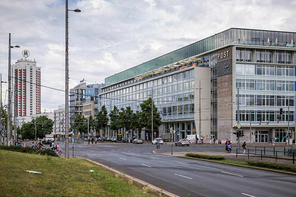 """Früher Hauptpost, heute Hotel - Blick auf die """"Felix""""-Suiten am Augustusplatz."""