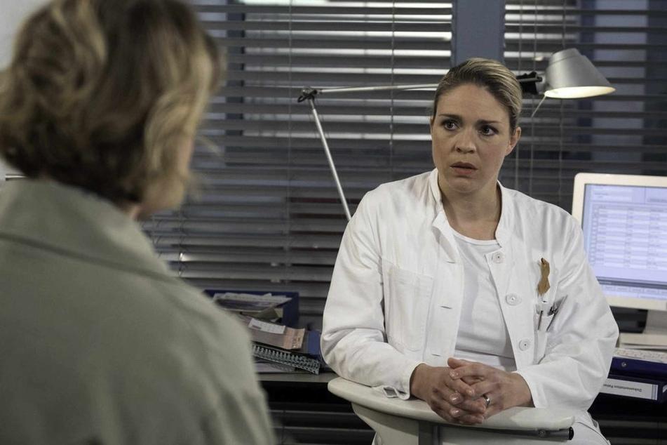 Britta (Jelena Mitschke, 43) erfährt von Sara (Antonia Jungwirth, 28), dass Hendrik (Jerry Kwarteng, 45) mit Chrissi eine Affäre hatte, von der sie nichts wusste.