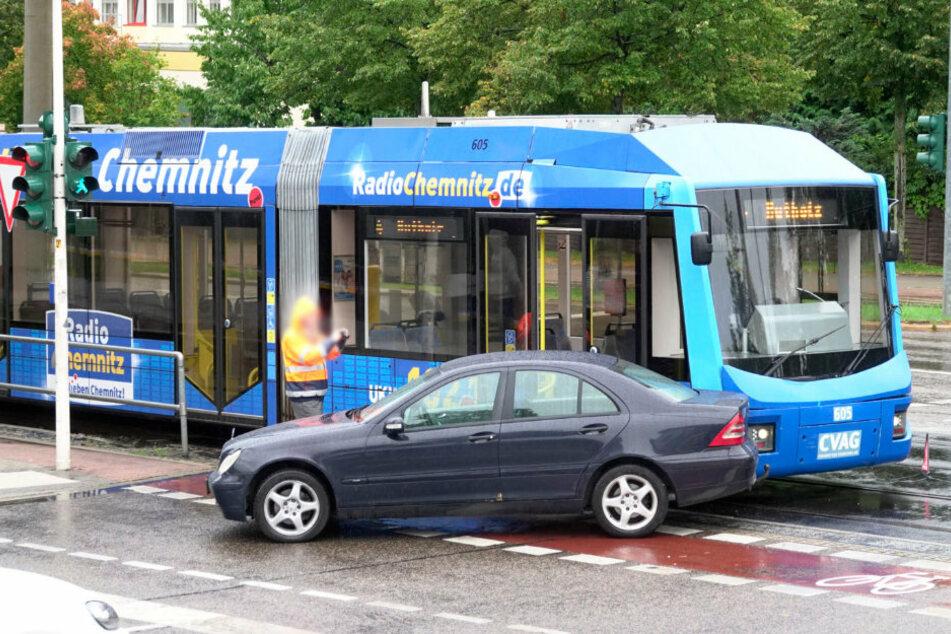 Chemnitz: Straßenbahn knallt mit Mercedes zusammen
