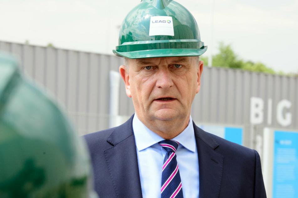 Dietmar Woidke (SPD), Ministerpräsident von Brandenburg, spricht während seines Besuchs bei der Lausitz Energie Kraftwerke AG und Lausitz Energie Bergbau AG (LEAG) am Standort Schwarze Pumpe vor der BigBattery-Anlage.