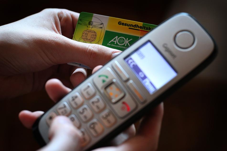 Wegen der verschärften Corona-Lage können Patienten mit Erkältungsbeschwerden sich bundesweit telefonisch eine Krankschreibung besorgen.