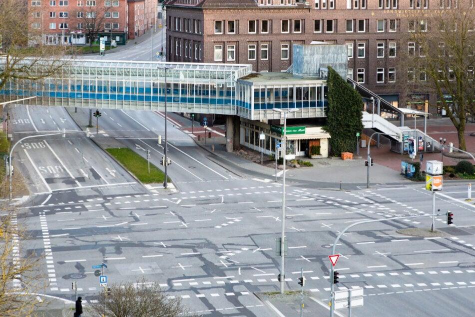 Eine Straßenkreuzung ist wegen der Einschränkungen durch das Coronavirus leer.