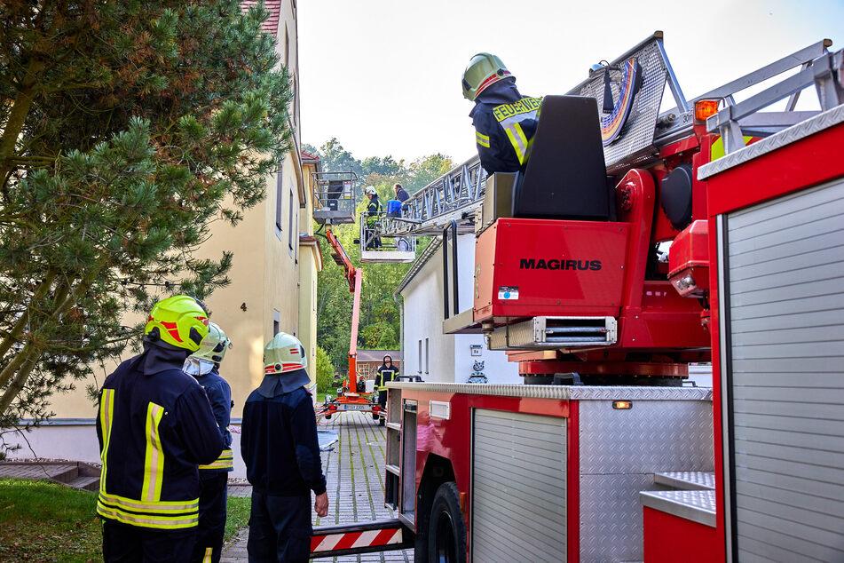 Die Feuerwehr befreite den Mann aus sechs Metern Höhe.