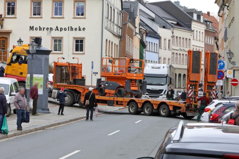 Kein Vor und Zurück: Ein Sattelzug hatte sich am Mittwoch in Hohenstein-Ernstthal festgefahren.