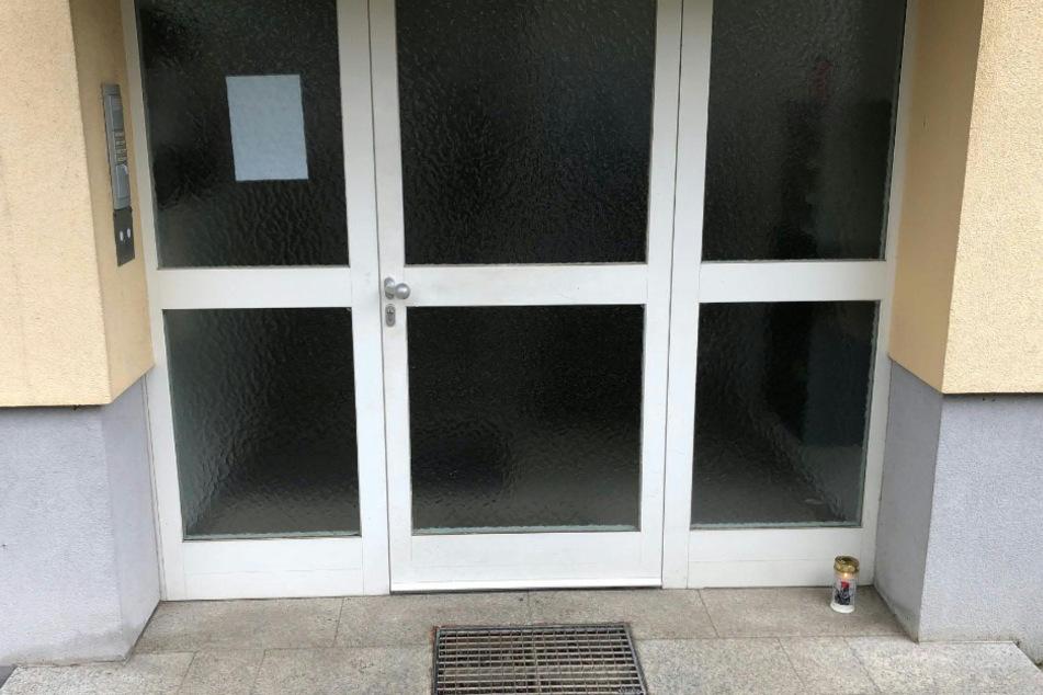 Der Eingang zu einem Mehrfamilienhaus, in dem eine 31-jährige Frau ihre drei Kinder getötet haben soll.