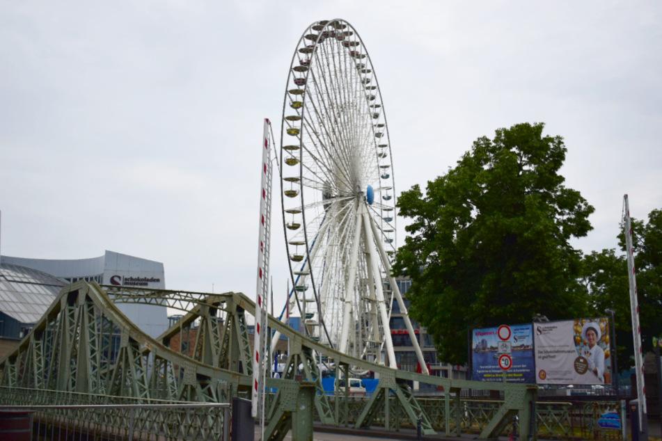 Die insgesamt 42 Gondeln des Riesenrads sind offen und drehen sich.