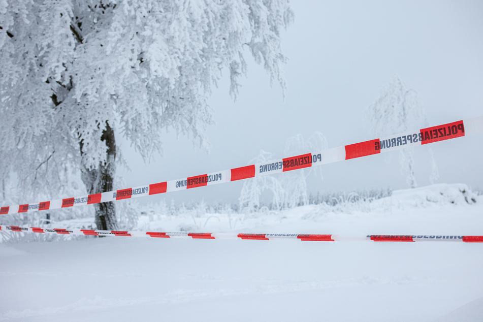 Auch am Wochenende bleiben im Sauerland und in der Eifel viele Ski- und Rodelhänge, Parkplätze und Zufahrten gesperrt. Die Polizei ist vor Ort.