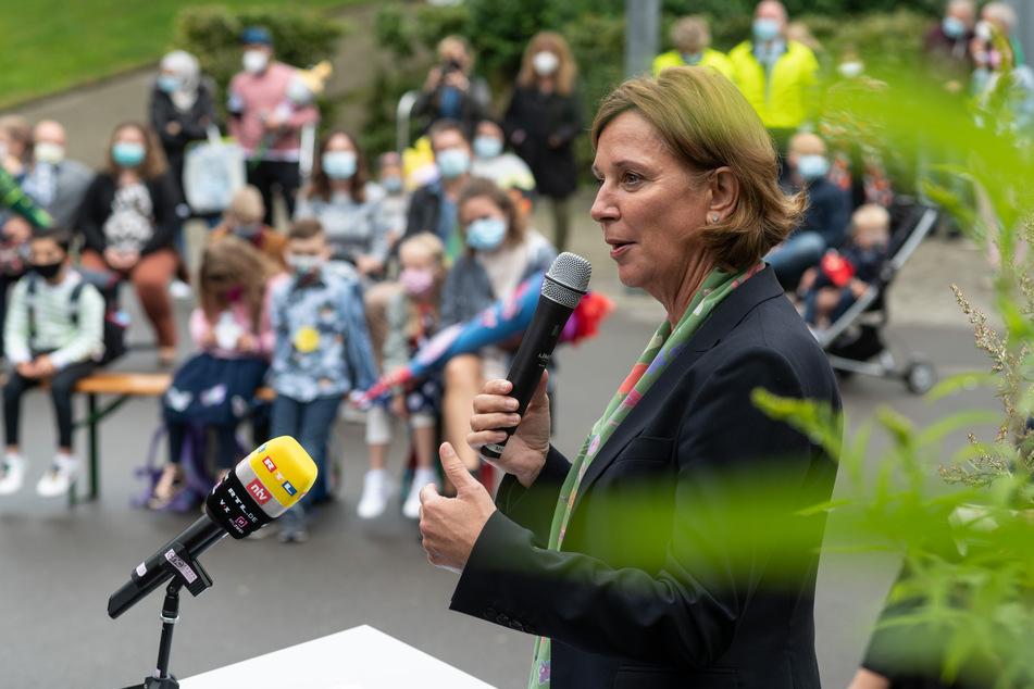 Yvonne Gebauer (55, FDP), Schulministerin von Nordrhein-Westfalen, spricht bei einer Einschulungsfeier in Wuppertal zu Schülerinnen und Schülern.