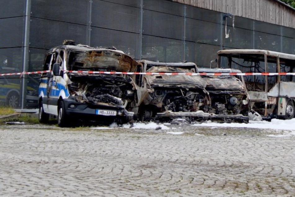 Mehrere Fahrzeuge brannten komplett aus.