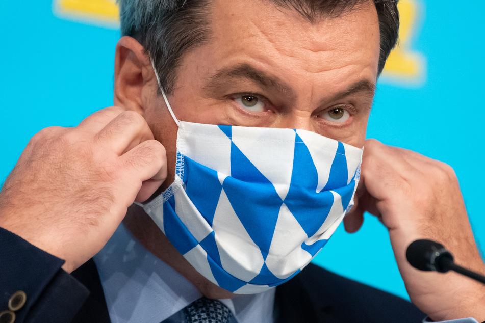 Markus Söder (CSU), Ministerpräsident von Bayern, kommt nach einer Sitzung des bayerischen Kabinetts zu einer Pressekonferenz und trägt Mund-Nasen-Schutz.