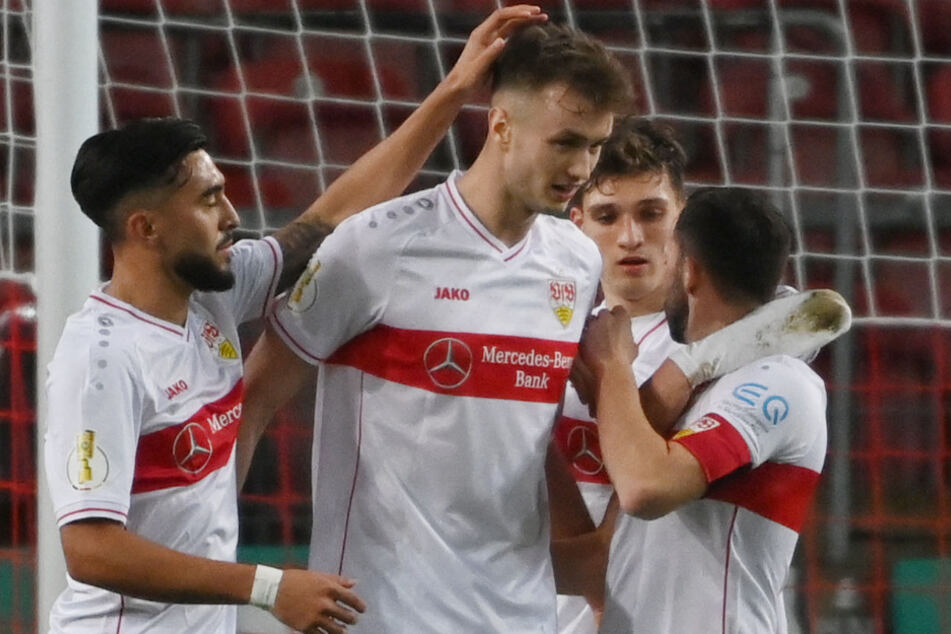 Ein gewohntes Bild: VfB-Kicker gratulieren Sasa Kalajdzic (23, Mitte) zu einem Treffer.