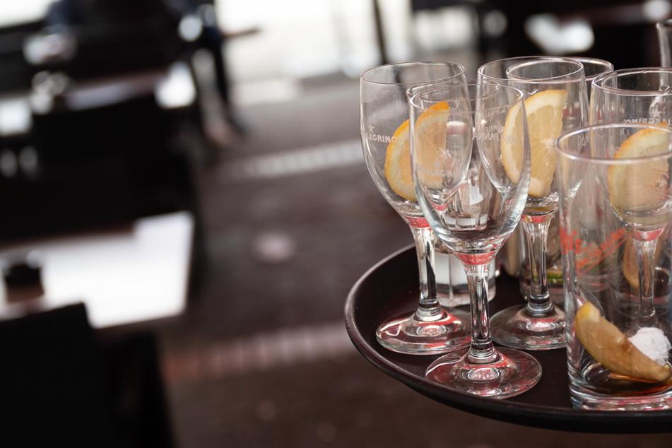 Ein Kellner räumt in Frankfurt einen Tisch ab – die Gastronomie in Hessen hat trotz der Corona-Lockerungen mit Problemen zu kämpfen.