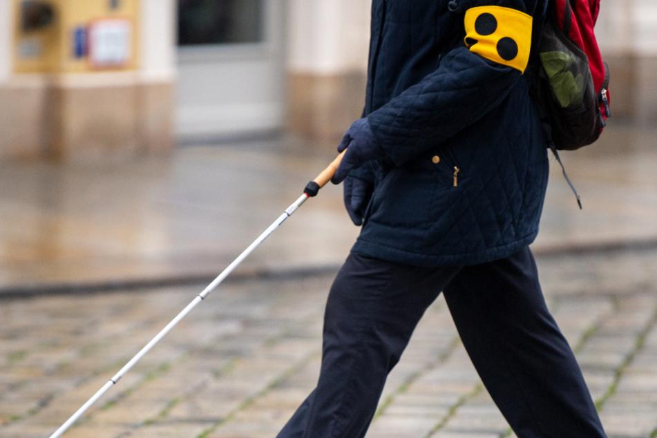 Blinder Rentner angefahren und verletzt: Täter flüchtet einfach