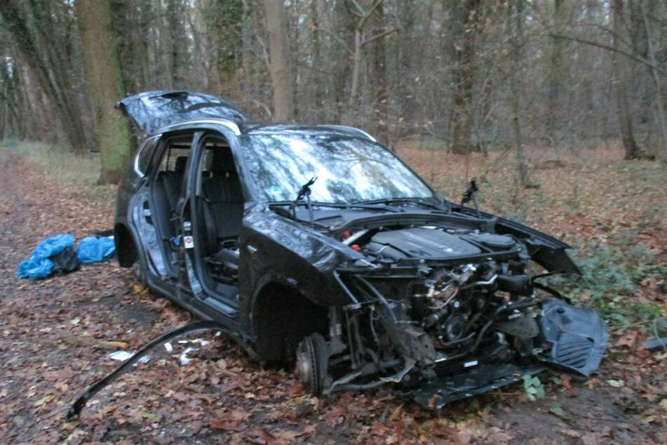 Mann findet zwei ausgeschlachtete BMW mitten im Wald