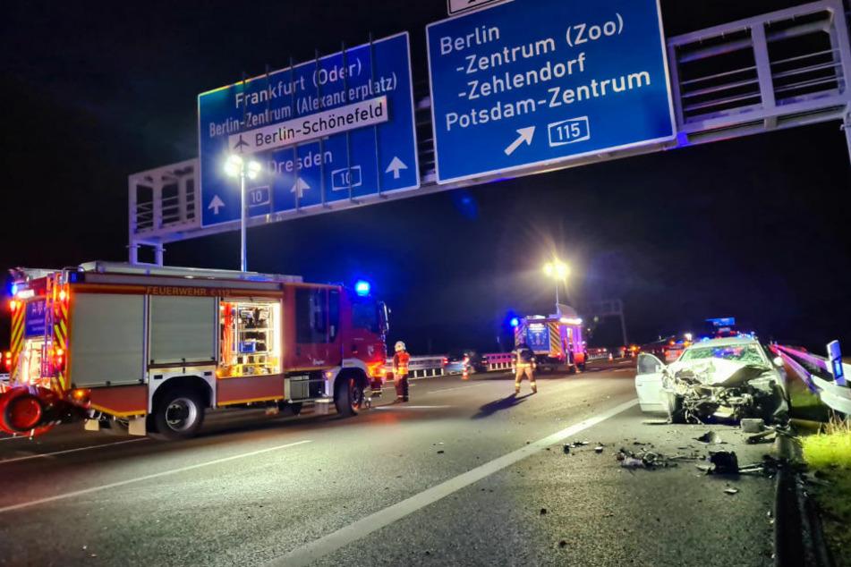 Auf der A10 hat sich am Samstagabend ein schwerer Frontalcrash zwischen zwei Autos ereignet, bei dem sechs Menschen schwer verletzt wurden.